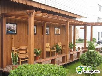 一般而言,铁艺花架偏重欧式,木质花架偏重田园风格,但根据花架的