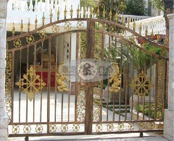 0焊接成,门头采用拱型设计与别墅建筑的弓型相得益彰,纯欧式豪华装饰