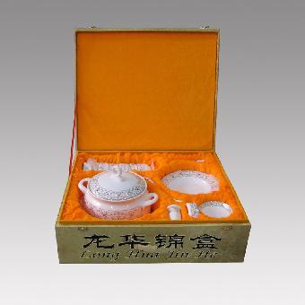 锦盒 陶瓷餐具/联系我时请说明来自志趣网,谢谢! 关键字:锦盒陶瓷餐具包装盒