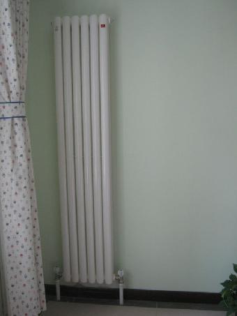 刘师傅提供精细济南暖气片安装服务,使用名牌温控阀埃美柯,和联塑管材图片