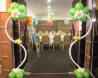 气球布置交给所有宾客一颗纯色的气球,在新娘和新郎拥吻的一霎那将