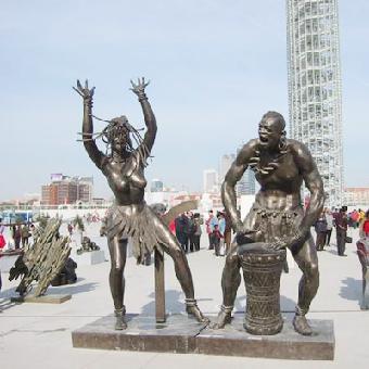 不锈钢雕塑:不锈钢材质具有耐空气,蒸汽,水等弱腐蚀介质和酸,碱