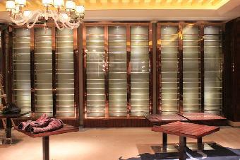 如果存放洋酒和白酒,一半多用装饰性酒柜.