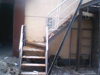 钢结构楼梯常用于复式结构房屋室内通道,或户外二层结构通道,钢结构